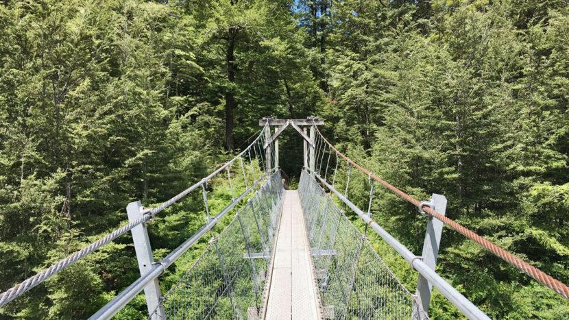 かわいい吊り橋を渡ります