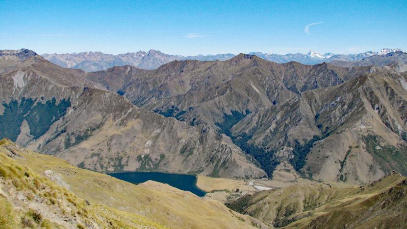 稜線の反対側には延々と続く山並み