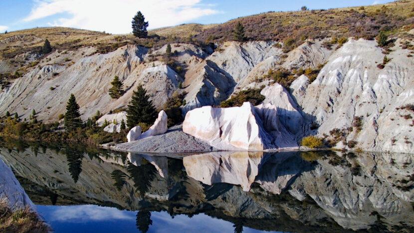 鉱物を含んだ岩石が湖に映えます