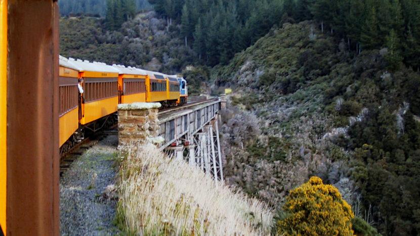 最後はタイエリ渓谷鉄道に乗りダニーデンに向かいます