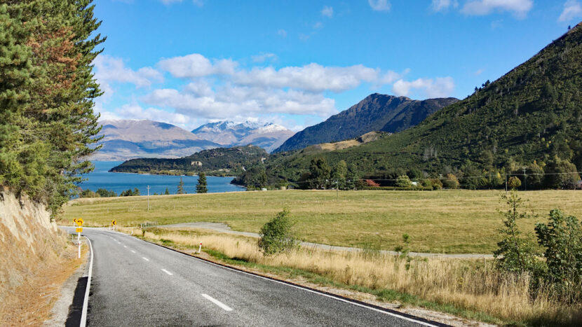 ワカティプ湖畔をドライブしながら登山道へ