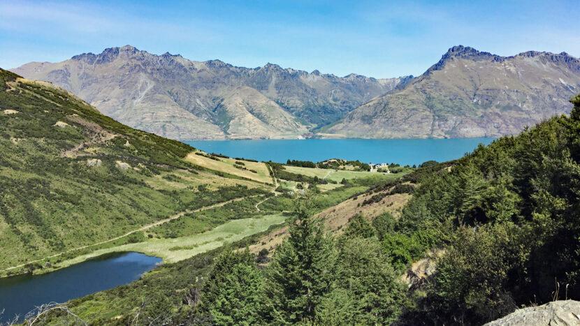 ワカティプ湖と山々の展望