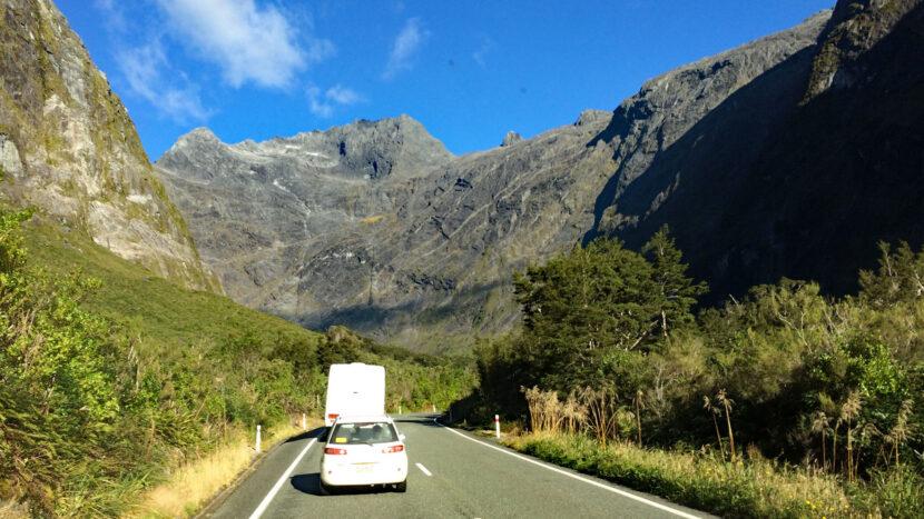 氷河に削られた断崖絶壁が国道に迫ります