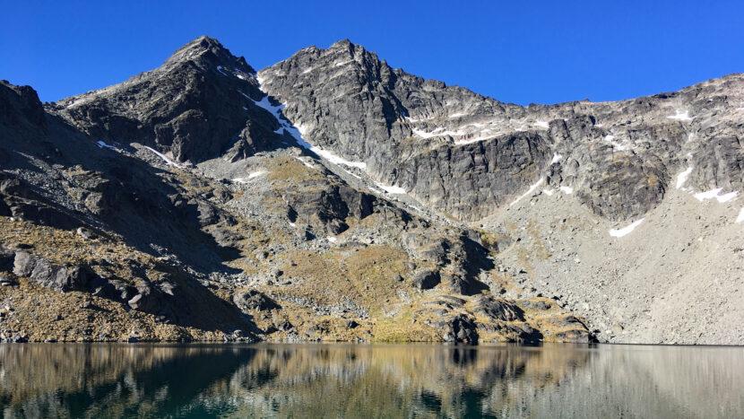 ダブルコーンを湖面に映す山上湖アルタ湖