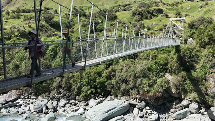 マツキツキ川の清流にかかる吊り橋