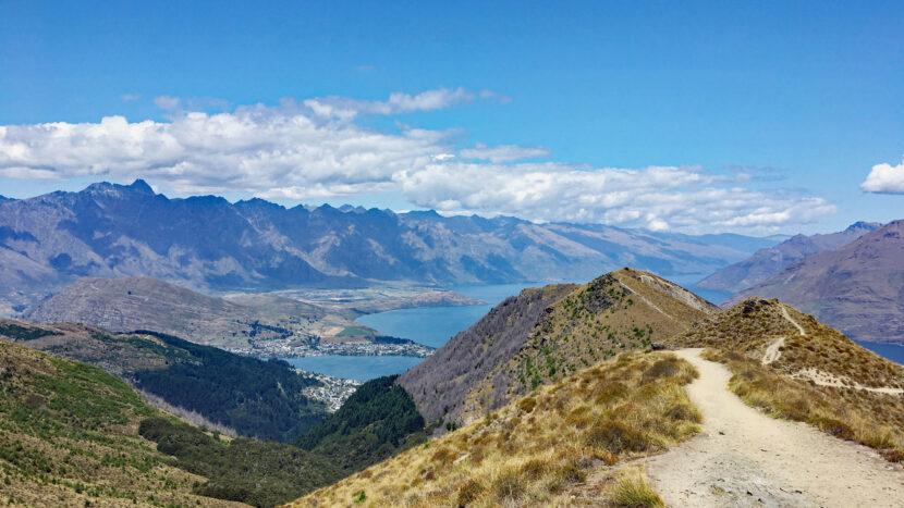 爽快な稜線上の登山道を登ります