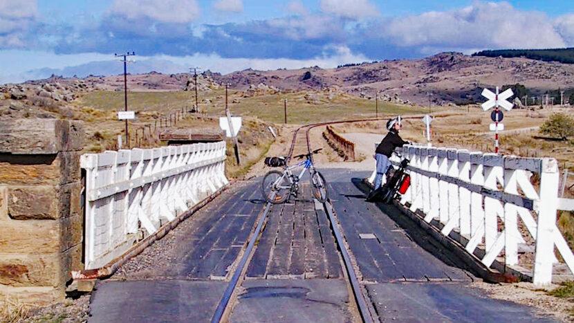 線路と道路の供用鉄橋