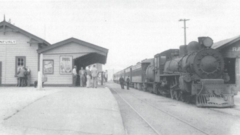 左の写真と同じ駅舎(1940年代)