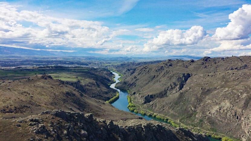 NZで最も流域面積の広いクルーサ川に沿って走ります