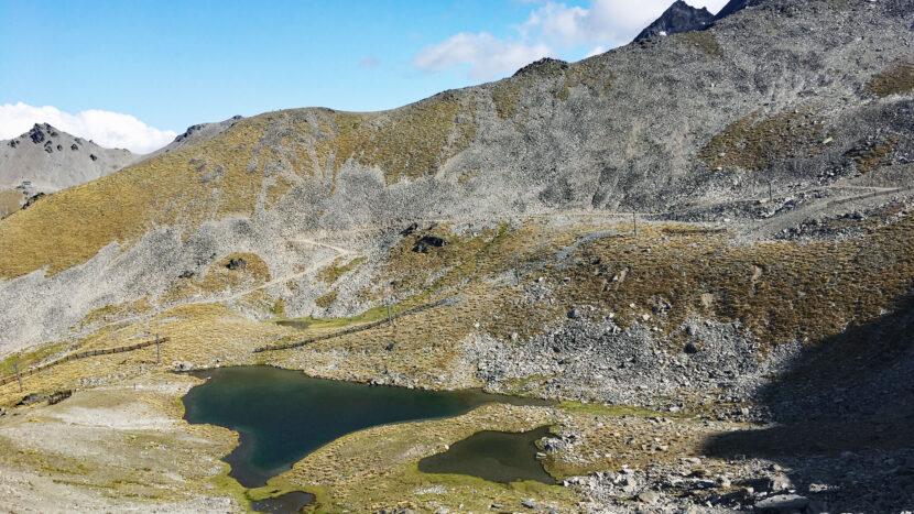 池塘を横に見ながら登山
