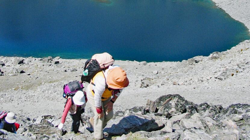 アルタ湖を眼下に眺めながらの登り