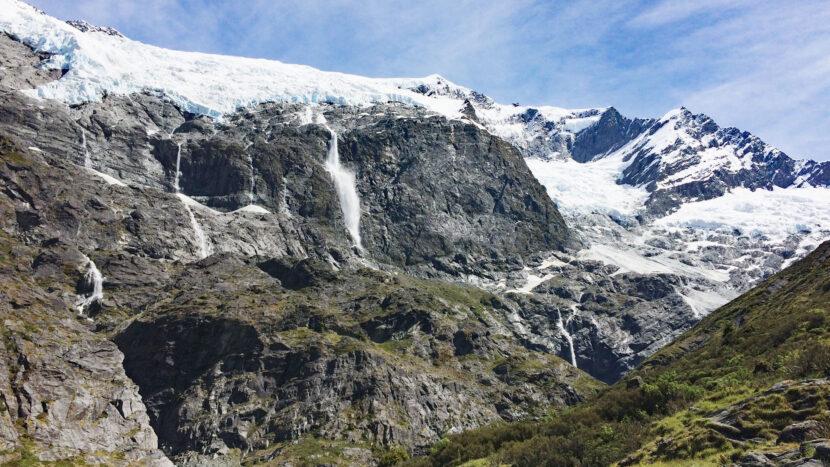 ロブロイ氷河から崩落する雪崩を見ることも!