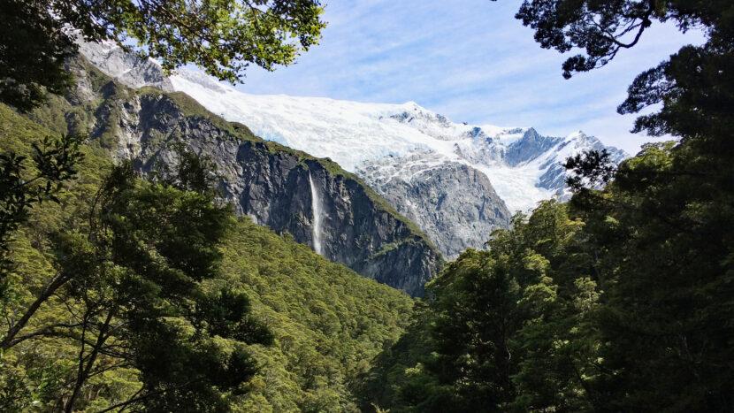 木々の隙間から氷河が見え出します