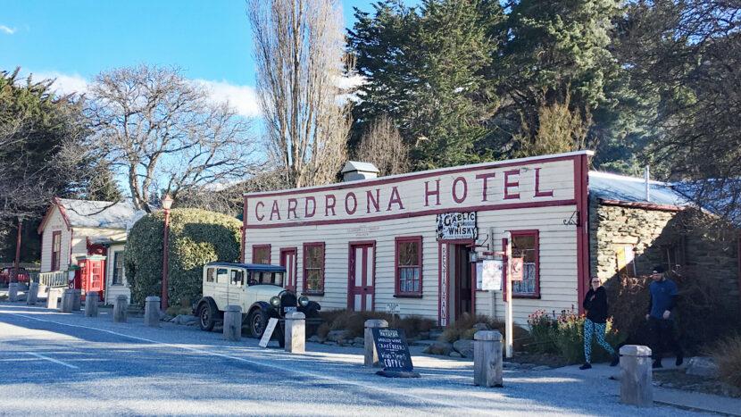 帰りは歴史的なホテルでビールを!:カードローナ